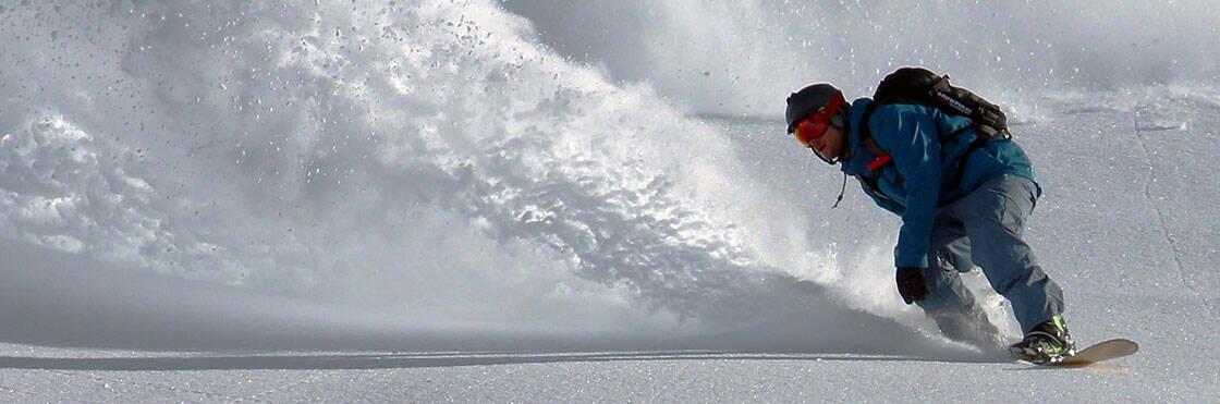 snowboardeur dans la poudreuse