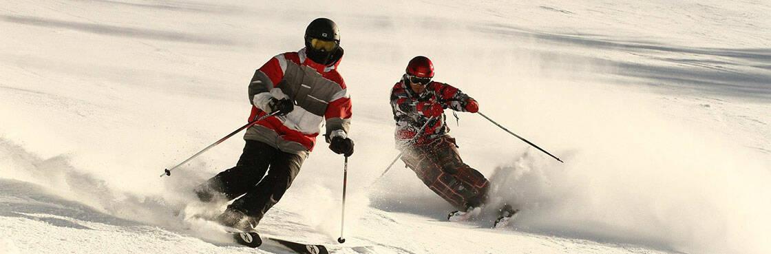 deux skieurs descendant une piste
