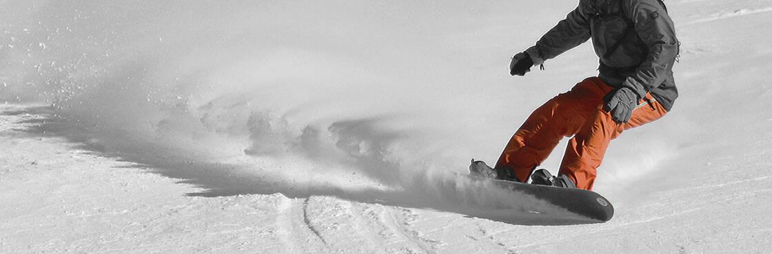 planche de snowboard dans le poudreuse