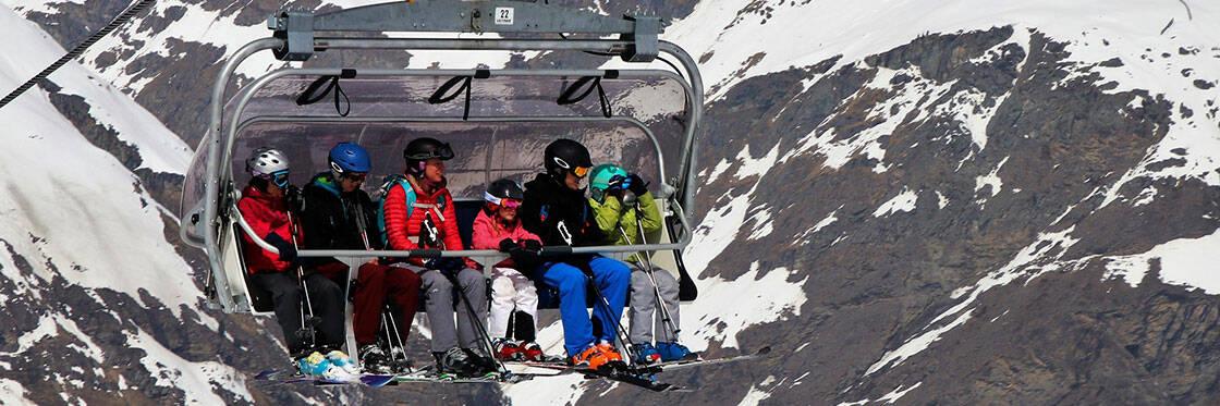 groupe skieurs sur un telesiege