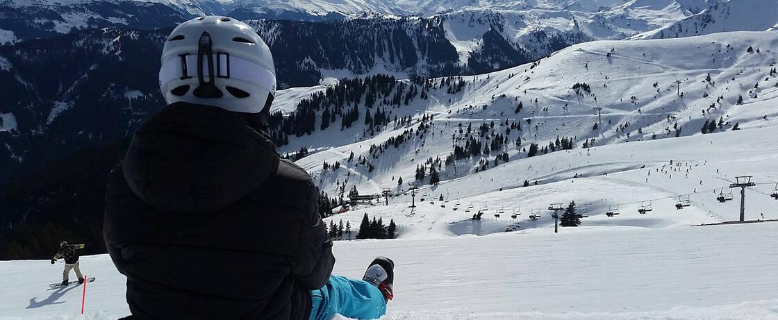 skieur faisant une pause au sommet d'une piste