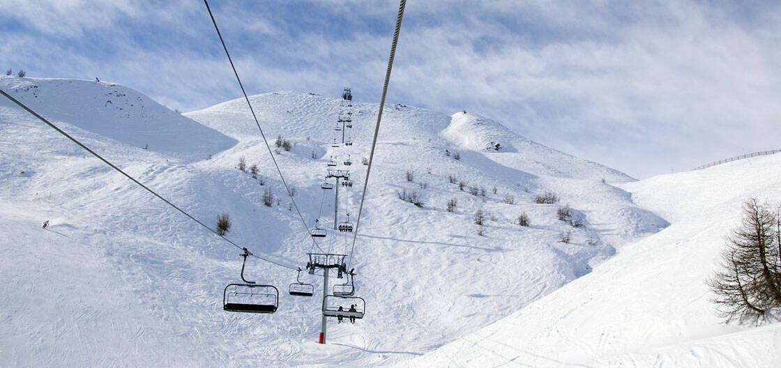 domaine skiable serre chevalier telesiege au dessus des pistes