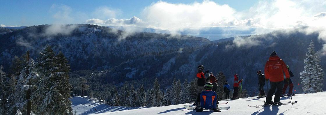 groupe de skieurs au repos sur une piste