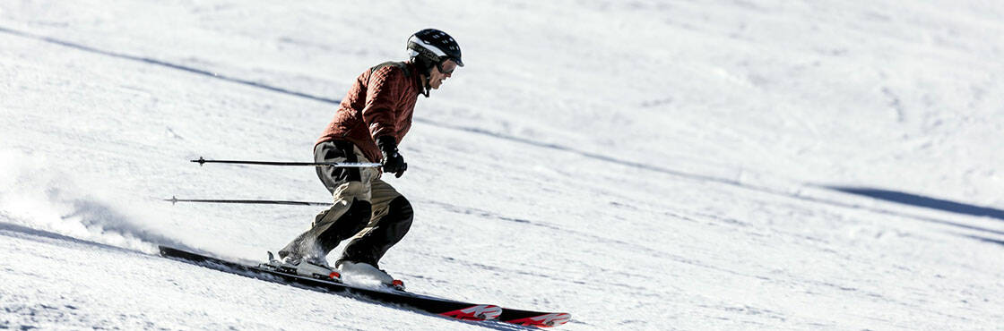 descente skieur alpin avec casque