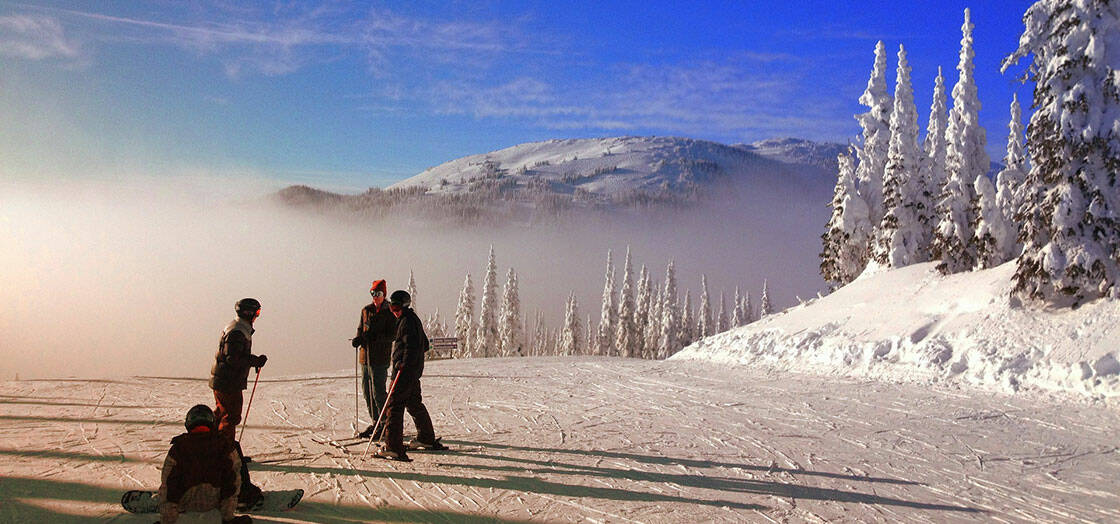 groupe skieurs sur une piste de ski