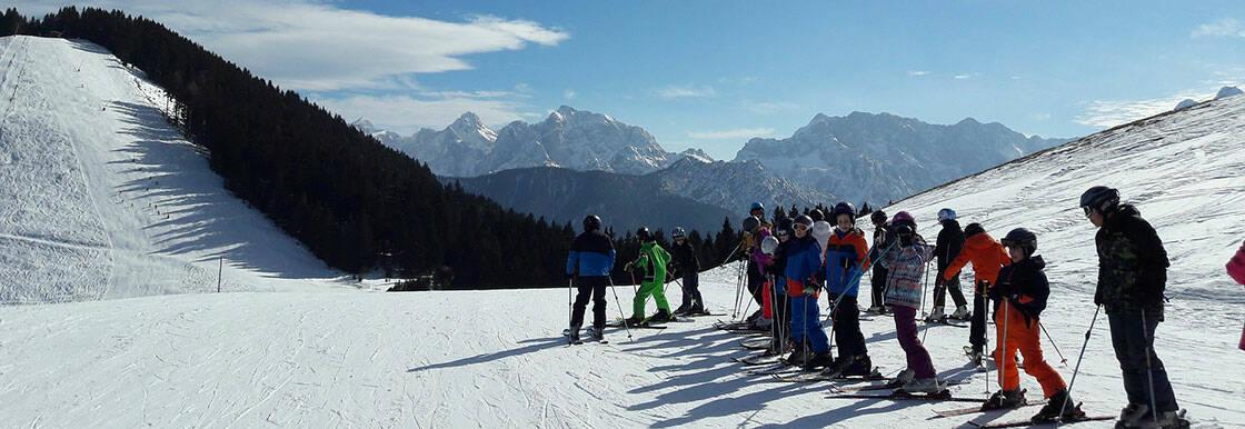 groupe de skieurs qui apprennent à skier