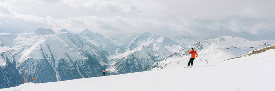 skieur seul face à un panorama de montagnes
