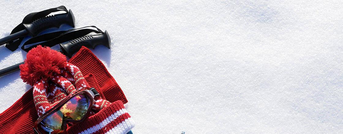 vetements hiver ski bonnet lunettes batons de ski