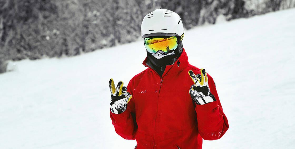 snowboardeur avec casque et masque de ski