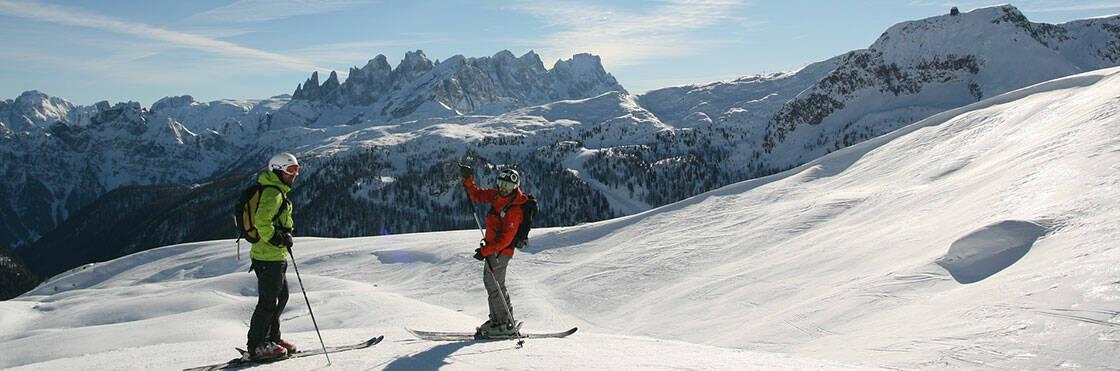 deux skieurs sur une piste de ski