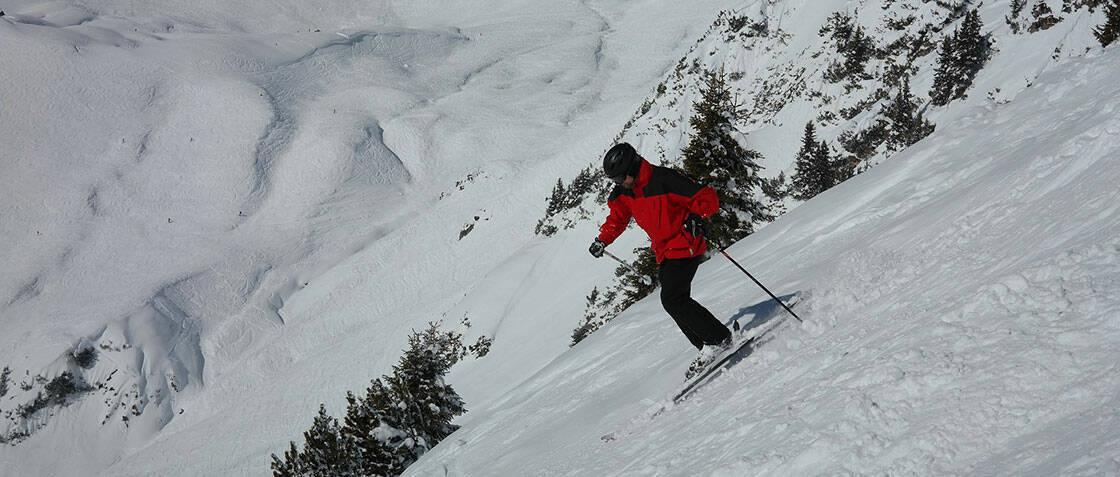 skieur alpin qui descend une piste