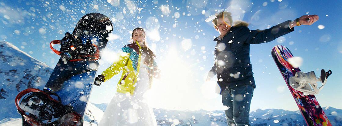 snowboards dans la neige soleil