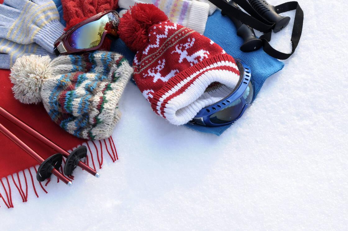 vetements sports hiver bonnet masque batons ski