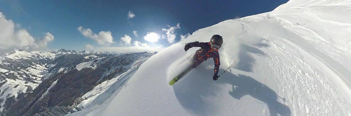 enfant skiant dans la poudreuse