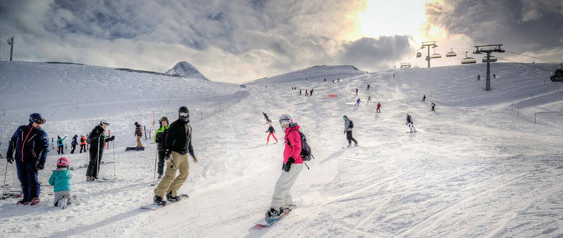 piste de ski avec le soleil qui perce les nuages