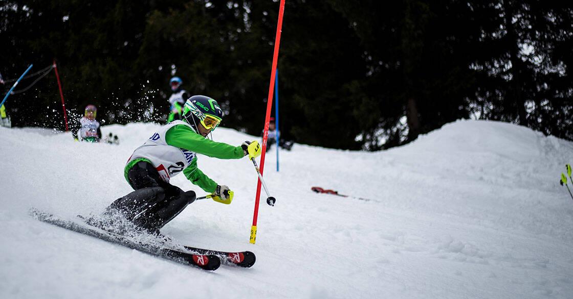 skieur enfant lors d'une course de slalom