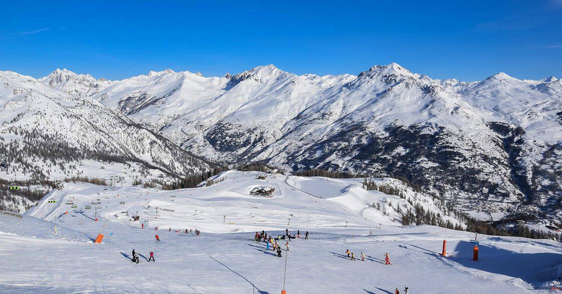 vue panoramique du domaine skiable de serre chevalier sous le soleil