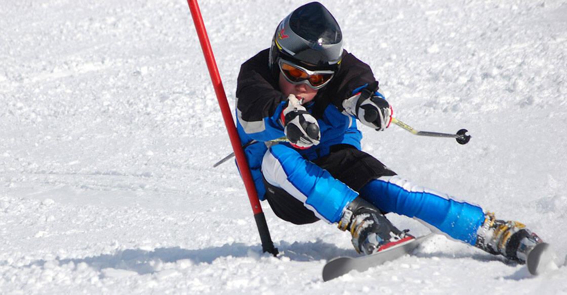 jeune skieur dans un virage lors d'une competition de ski