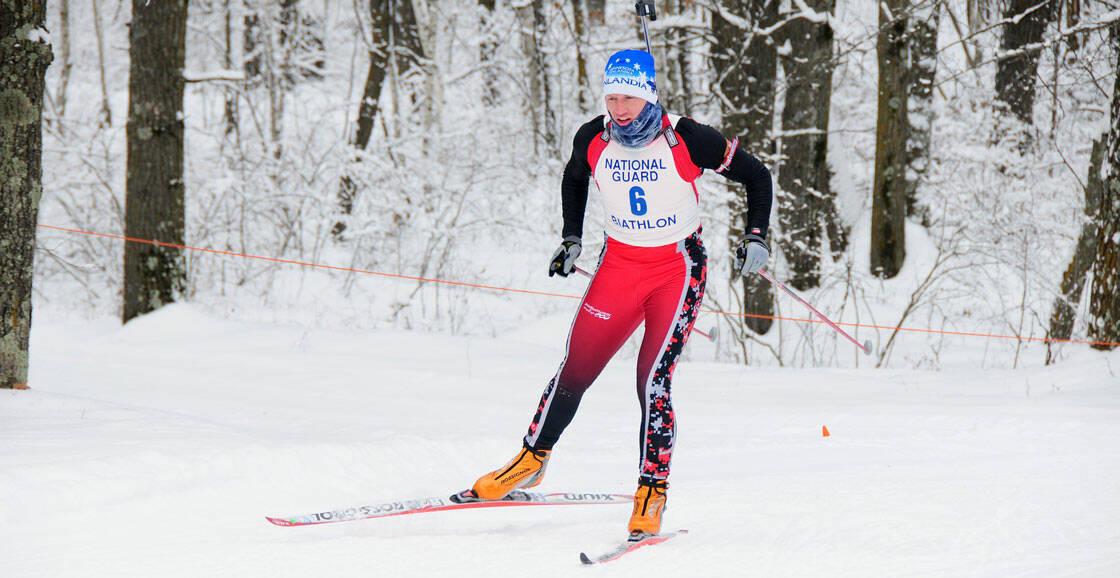 homme a skis de fond pendant une épreuve de biathlon